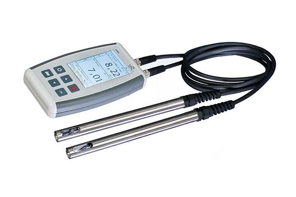 Es ist ein Multiparameter-Handmessgerät, das relevante Messwerte zur Überprüfung der Wasserqualität mithilfe seiner Sensoren bestimmt.
